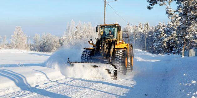 Snösmockan lamslår Sverige – då rycker bönderna ut