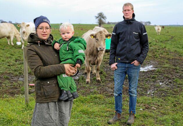 Sandra Lindström med sonen Leo och Oskar Lindström i Spjutstorp utanför Tomelilla är några av de som lantbrukare vars mark kan komma att beröras av provborrningarna. Arkivbild.