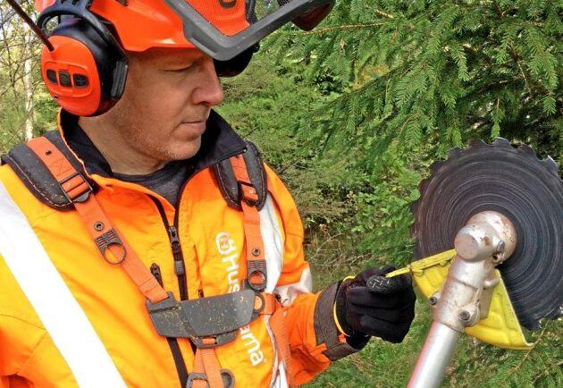 Skogsägaren och röjsågsinstruktören Johan Emanuelsson svetsade fast en grov spik på klingskyddet, enligt Säker Skogs förlaga.