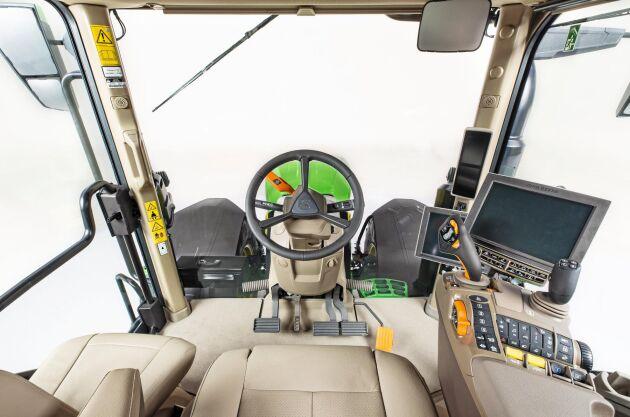 Command pro-joysticken, som först letade sig in i 6R-traktorerna kommer nu även till den större 7R och 8R-serien.