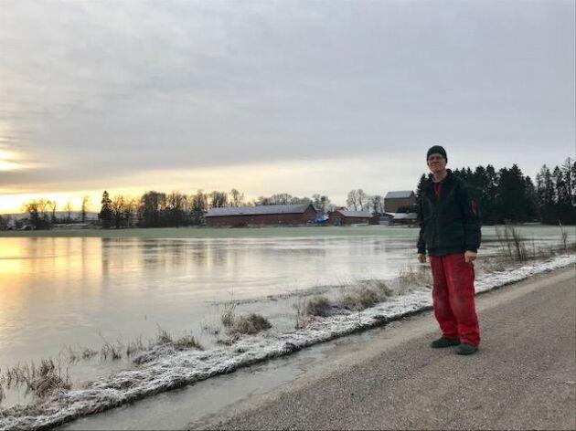 Höga vattennivåer i Mälaren har lett till översvämningar på lantbrukare Ivar Insulanders åkrar utanför Enköping.