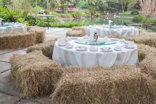 Och har du svårt att få till stolar till alla sittande gäster? Använd höbalar. Lägg fårskinn på höbalar som du kan ställa upp vid borden. (Obs! Tänk på allergikerna, vissa kanske inte klarar av höet).