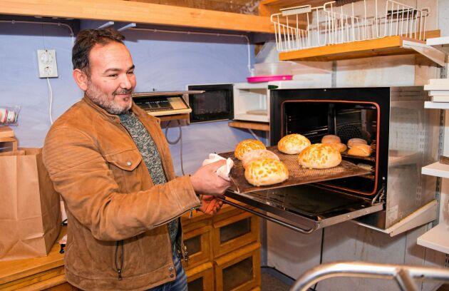 Byborna kan nu få köpa färskt bröd som Taisir bakar i lanthandeln.