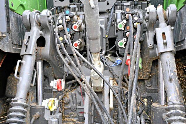 Traktorn är utrustad med två separata hydraulpumpar på 420 liter per minut. Effektsnålt då man kan arbeta med bara en pump eller om man har förbrukare som använder olika tryck. Den bakre trepunktslyften (tillvalsutrustning) har en lyftkraft på nästan 13 ton.