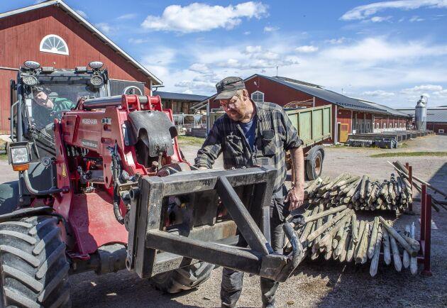 Två små lastmaskiner finns på gården, de är smidiga att köra in i grisstallarna och förenklar jobbet.