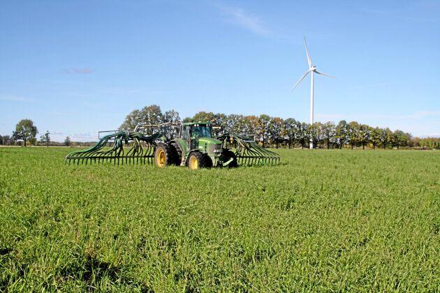 Gödselspridningen är välutvecklad på familjen Hilmérs lantbruk. Först fraktas gödseln till en delägd rötgasanläggning för att utvinna biogas. Därefter fraktas de luktfria massorna tillbaka till satellitbrunnar som ligger strategiskt placerade i anslutning till de olika fälten. Det underlättar spridningen med slangen.