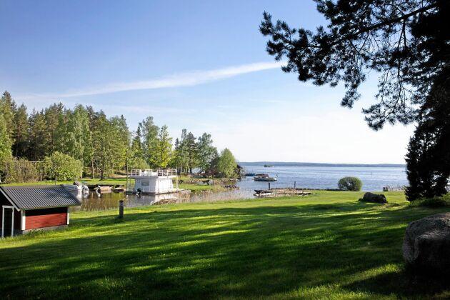 Av 22 kilometer ledning kommer 8 kilometer att läggas i Mälaren när Norr Mälarstrand ska förses med kommunal VA-lösning till en beräknad kostnad av 85 miljoner kronor.