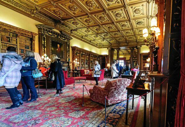 """Man kan besöka både utomhusmiljöerna och den fina tesalongen inne i Highclere Castle där """"Downton Abbey"""" spelades in."""