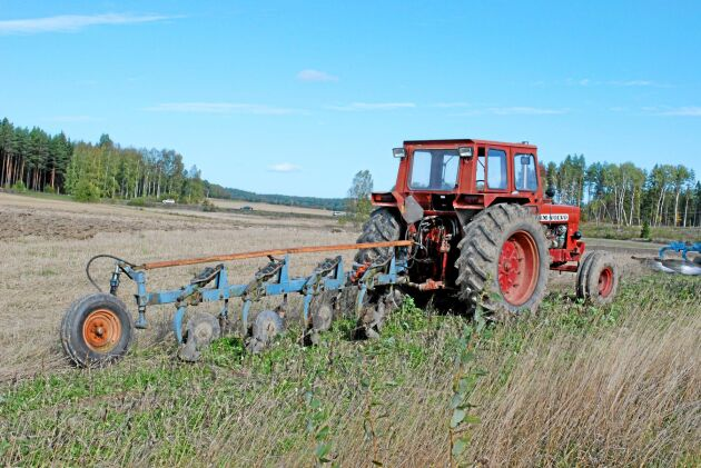 Överums blå plogar är en klassiker ute på de svenska åkrarna. Nu vill man satsa på nytt.