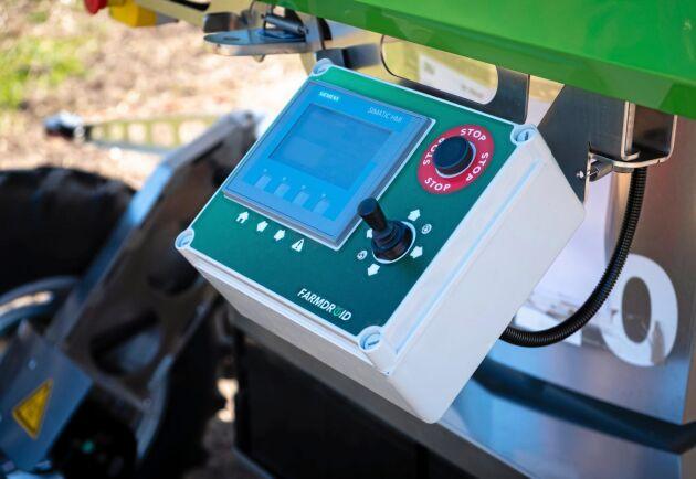 Styrning. Via en styrkonsoll kontrolleras Farmdroiden på plats, men den är också uppkopplad via mobilnätet och kan kontrolleras på distans. Eventuella felvarningar kommer som SMS.
