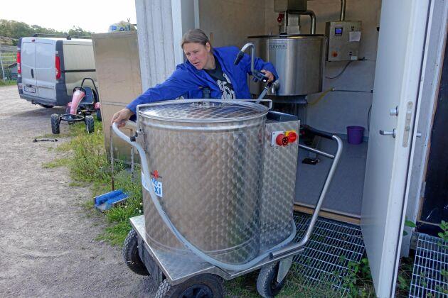 Mjölktaxin är en eldriven vagn från företaget Holm - Laue. Den hjälper till att transportera mjölk och kan pumpa över till pastören med 40 liter i minuten.