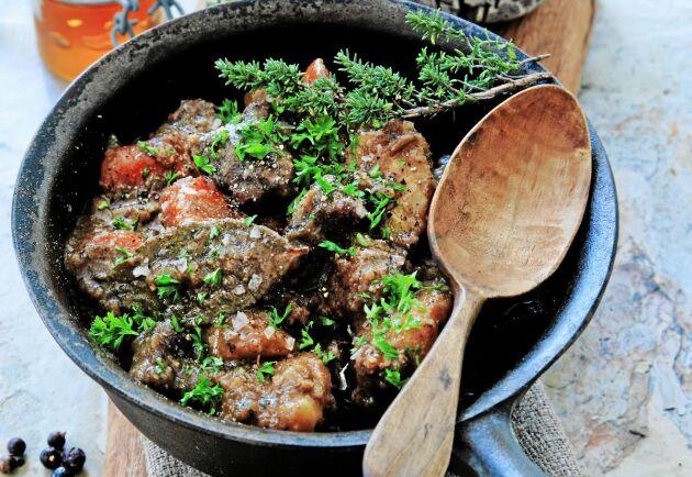 Grytan gör sig bra med potatismos och extra rönnbärsgelé.