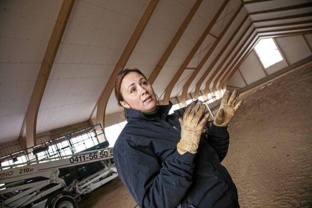 Om en vecka ska isoleringen av ridhuset vara klar. Nu ser Lisen Bratt Fredricson fram emot en vinter då hon kan arbeta utan att hindras av tjocka kläder.