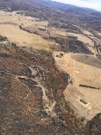 Branden omringade Laurie Ffrenchs egendom. Huvudbyggnaden, med grönt tak, syns strax höger om bildens mitt.