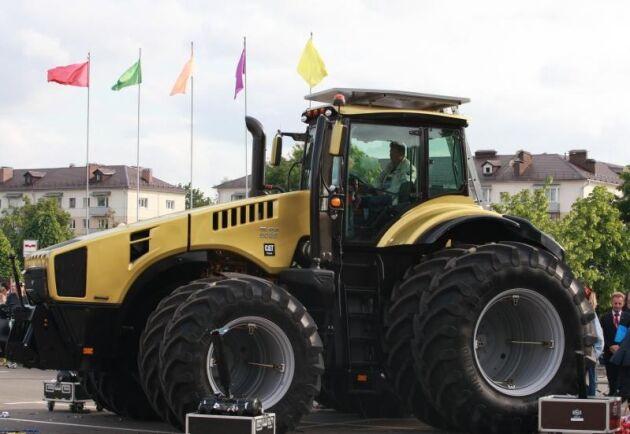 Cat-emblemet ger en hint om motorsamarbetet, där toppmodellen Belarus 5022 kommer ha en effekt på 500 hästkrafter.