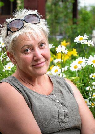 Trine Ekdahl i sin steniga trädgård.