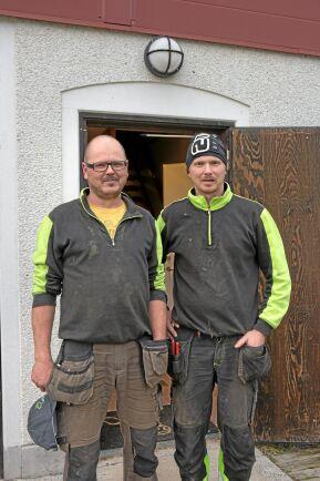 Mattias och Thomas Nilsson framför stallet.