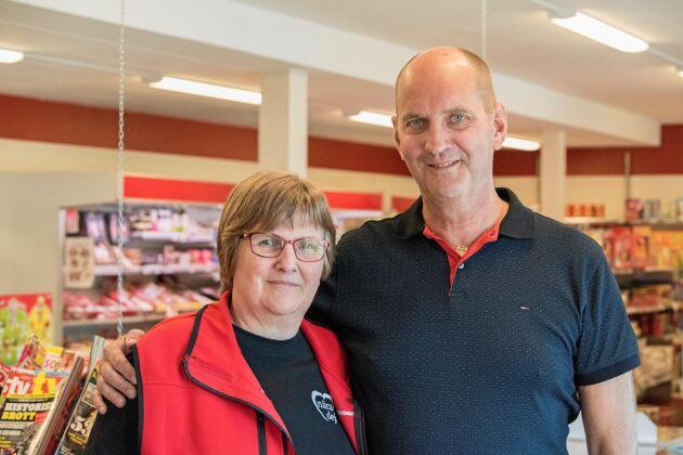 Butikschef Lena Karlsson och styrelseordförande Michael Gällerstedt i byns nav tillika enda affär.