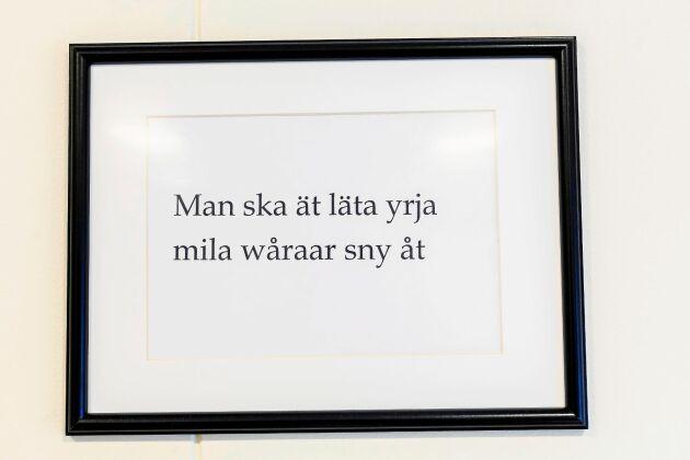 """MOTTO. Jaanas favoritordspråk på Kalix-bondska, som ungefär betyder: """"Man ska inte låta spåren mellan varandra snöa igen""""."""