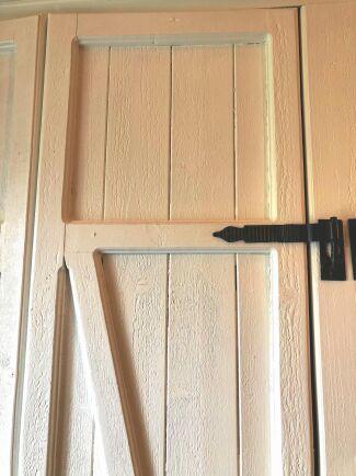 Fäst gångjärnen på förstärkningens vågräta delar. Det är hakgångjärn, som ofta används på grindar.