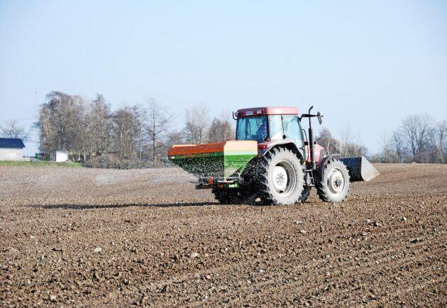 EU-kommissionen vill att användningen av gödningsmedel minskar med 20 procent. (Arkivbild)