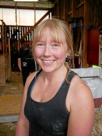 Matilda Andersson är fårklippare i Östergötland. – Det är viktigt att man får möjligheten att följa med någon ganska länge för att lära sig och få en bra start. Vi upplever inte någon brist i vårt område, men det är brist på många andra håll.