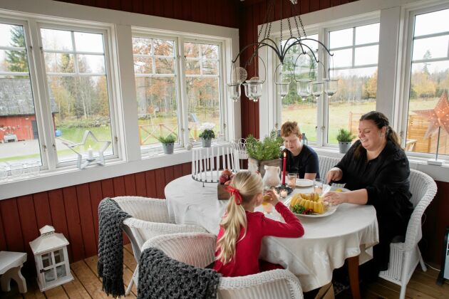 Bodil skär upp bitar av den nybakade saffranskakan till barnen Ludvig och Linnea.