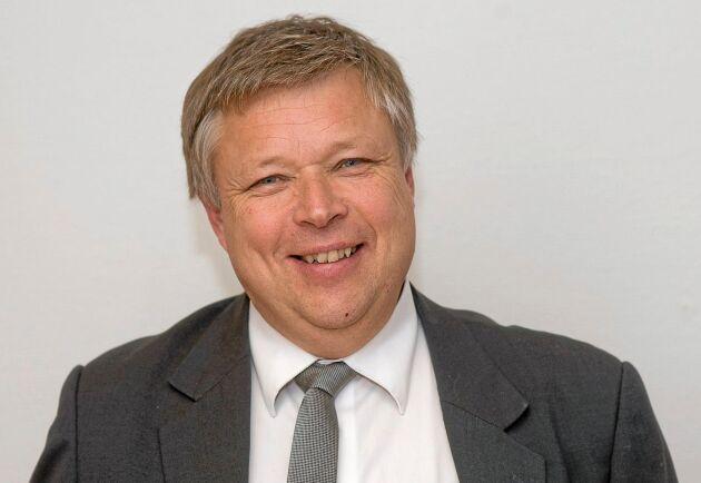 Kommunalrådet Åke Carlson (C) i Uppvidinge tycker att Länsstyrelsen Kronoberg är feg som börjar sitt tillsynsarbete av regleringsdammar ute på landsbygden i stället för runt Växjö.