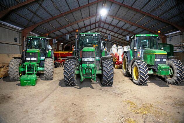 Gårdens fyra traktorer går i snitt omkring 600 timmar vardera under året. Att ha tillgång flera traktorer i samma storlek är viktigt för flexibiliteten i arbetet.