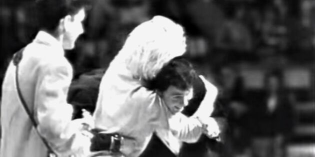 Jerry Williams blir anfallen av hysteriska fans