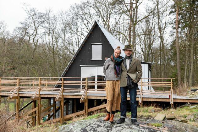 """När paret behövde en studio och ett showroom byggde de ett """"A-framehus"""". Trekantsformen är så härlig i en skogsmiljö, """"lite tipi-aktig"""" tycker Lina."""