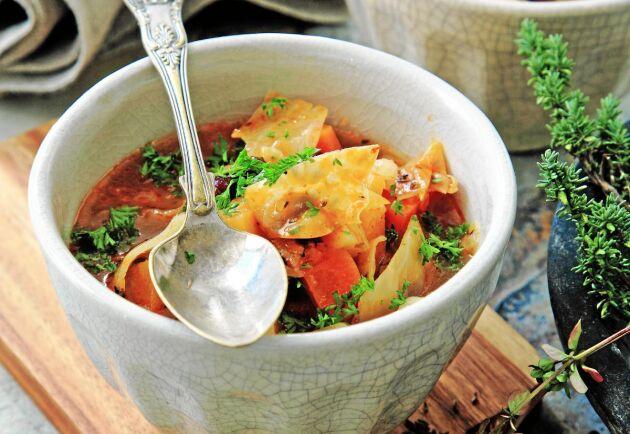 En värmande grönsakssoppa på vitkål, kidneybönor, potatis och kålrot.