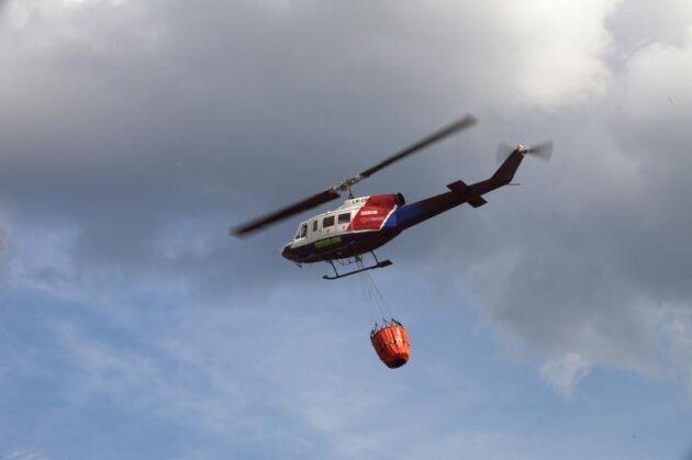 Helikoptrar kallades in för att bekämpa branden söder om Björneborg. Nu ska också det svenska brandskyddet förstärkas med italienska flygplan som har större kapacitet. Arkivbild.