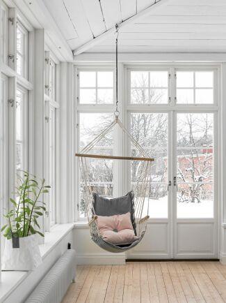 Rogivande att sitta i den gungande stolen och titta ut genom fönstren ut på snön.