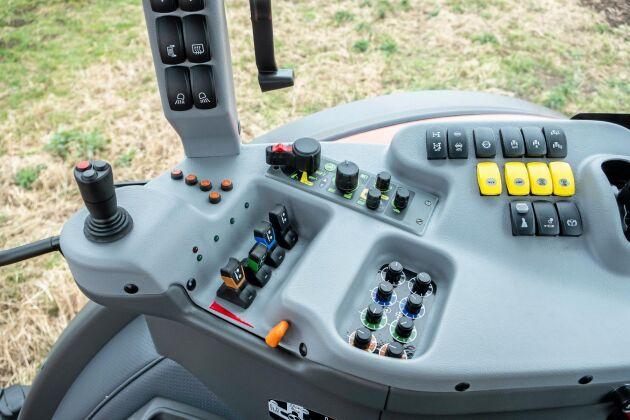 Traktorn har inget armstöd med alla reglage placerade på den högra manöverpanelen. Allt är logiskt och lättanvänt.