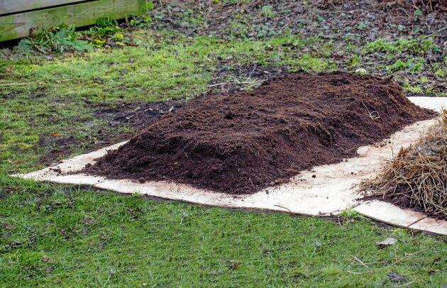 MATEN. Här har olika sorters kompost varvats till en bädd.