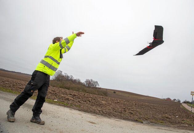 """Start. Johan Svensson på företaget Swescan släpper iväg drönaren med den särskilda kameramodulen. """"Den har fem olika sensorer som registrerar olika frekvenser av ljus. Så den exponerar fem gånger samtidigt."""""""