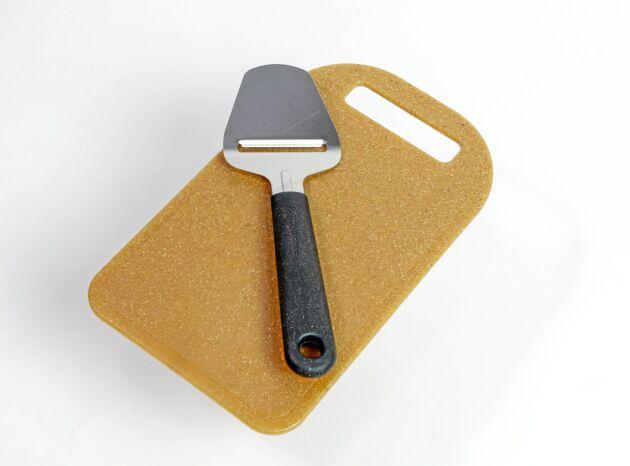 Skärbricka gjord av hälften trä och hälften plast, vilket minskar utsläppen.