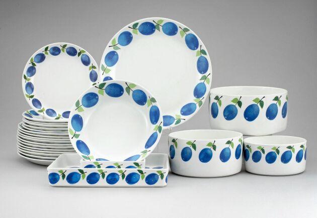 """""""Prunus"""", Gustavsberg. Formgivare: Stig Lindberg, i produktion mellan 1962-74. 47 delar, flintgods. Slutpris: 5600 kronor."""