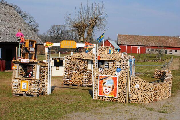 Egon Svärd i Gökhem har byggt upp en politisk cirkus i ved tillsammans med sin svåger Sven Lindberg.