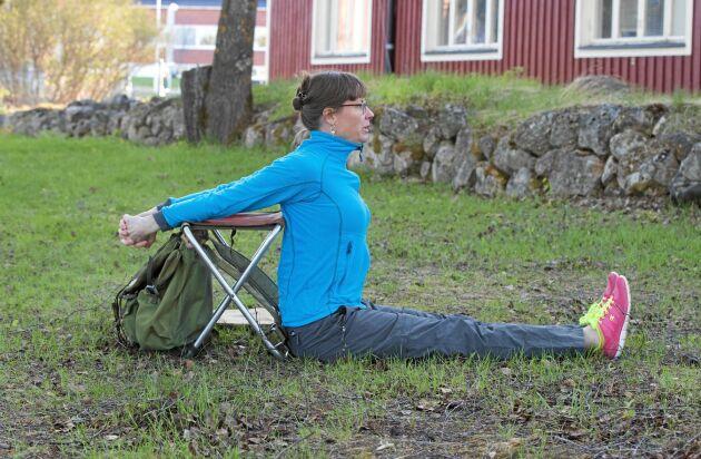 Dandasana – sittande bröststräck mot jaktryggsäck.
