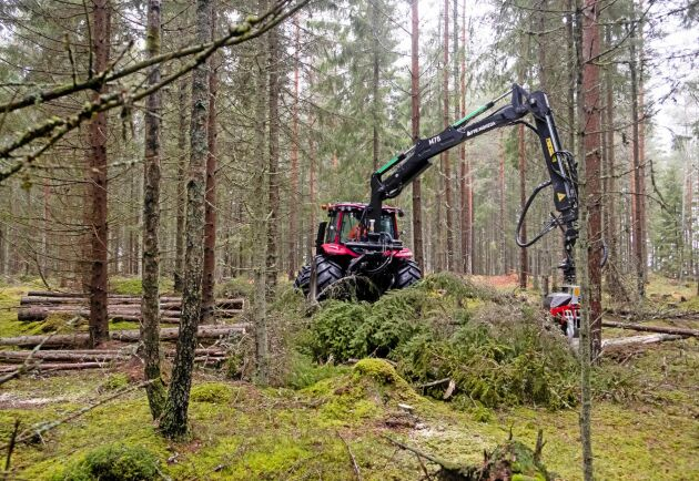 Med ett stort rullmatat skördaaggregat gör Tony Andersson en andragallring i skogarna söder om Växjö. Hela hans verksamhet bygger på det han kan göra med sin jordbrukstraktor.