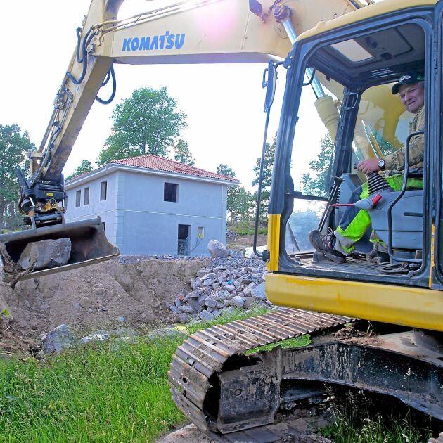 Familjen Nelssons firma utför även markarbeten inför nybyggnationer.