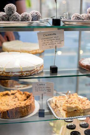 Citroncheesecaken görs på egengjord färskost och är en av systrarnas bästsäljare, tillsammans med choklad-kolakakorna.