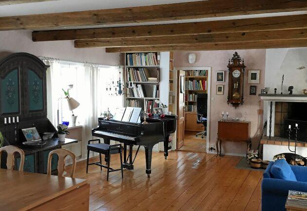 Familjens musikintresse genomsyrar huset. I stora salen står en flygel.