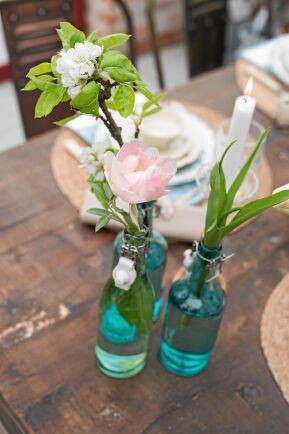 Glasflaskor med säsongens blommor är perfekt dekoration. Foto: Pia Gyllin
