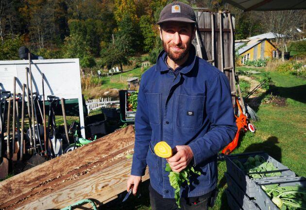 """""""Man vill alltid ha någonting som växer så vi försöker odla någonting hela tiden. Det är det jag upplever som den viktigaste faktorn till en bra jordhälsa"""", säger Ossian Tidblom som tidigare arbetat som kock."""