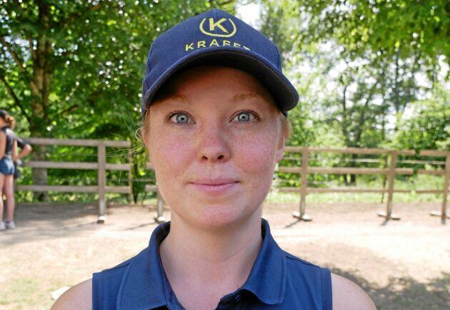 - Det är många som ringer till oss och undrar hur de ska få tag på grovfoder till sina hästar. Folk berättar om hur de köpt in hö från Belgien, Holland och Danmark, säger Sanne Nilimaa, foderrådgivare på Krafft.