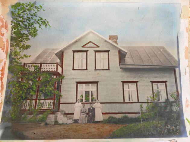 Den äldst bevarade bilden av nuvarande Backagården är från början på förra sekelskiftet och föreställer ägarna Anna och Oskar Danielsson med dottern Nanny och familjens piga framför ingången.