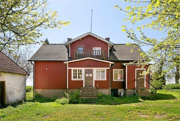 Huvudbyggnaden är ett idylliskt rött lanthus.